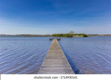 Holzsteg am Oldambtmeer-See in Oostwold, Niederlande