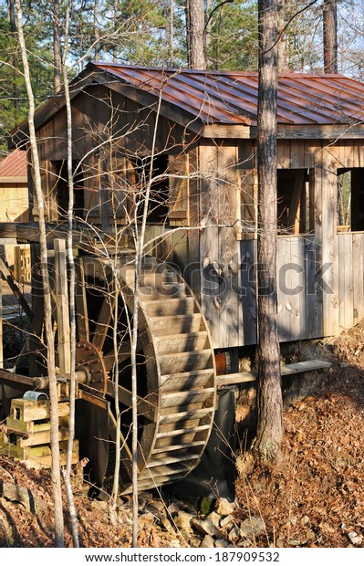 wooden-old-fashioned-water-mill-600w-187