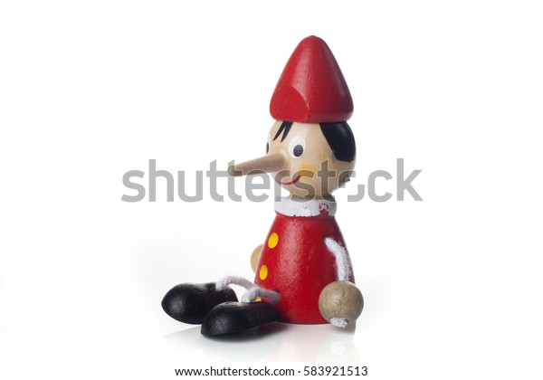 Деревянная кукла Pinocchio изолирована на белом фоне.