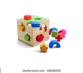 Puzzleteil-Spielzeug aus Holz mit bunten Blöcken einzeln auf Weiß