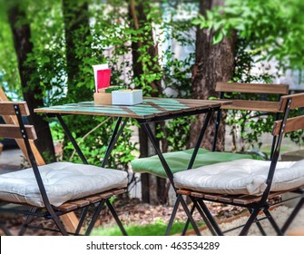 Wooden table and chair in the cafe garden