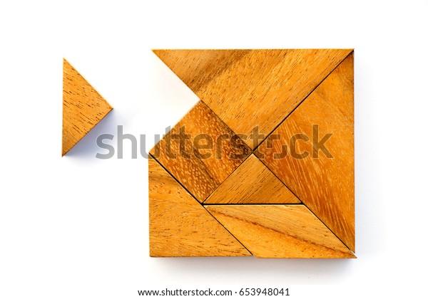 Hölzernes Tangramm-Puzzle in quadratischer Form wartet auf Erfüllung auf weißem Hintergrund