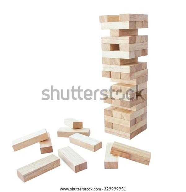 Torre de madera bloquea el juego, juguete para planear y practicar la meditación, sobre fondo blanco, aislado