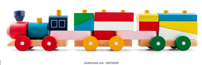 hölzerner Spielzeugzug mit bunten Blöcken einzeln auf Weiß