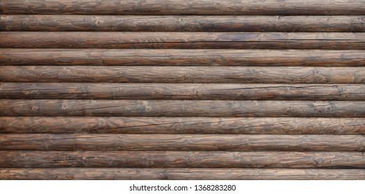 Holzwand aus Balken oder Stämmen