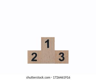 Podio del ganador de madera con el número 1,2,3 en negro aislado sobre fondo blanco con recorrido de recorte. Usando como liderazgo empresarial, victorias, logros, el camino al éxito, hito, concepto de visión.