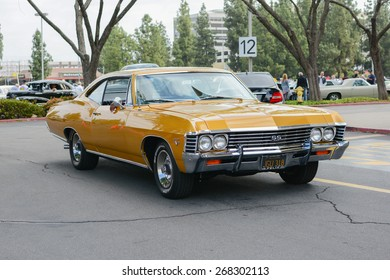 Woodland Hills, CA - Abril 5, 2015: Chevrolet Impala SS 427 classic car on display at the Supercar Sunday Pre-1973 Muscle car event.