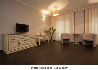Woodland hotel - Bright hotel room with a commode