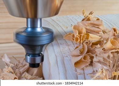 Holzbearbeitungs-Schaft-Router-Bit. Formung des Kopierfräser mit Kugellager. Drehwerkzeuge, die bei der Umformung der Holzputz-Kante in Kettchen mit Details der Arbeitsmaschine gekleidet sind. hölzerner Rasierstapel.