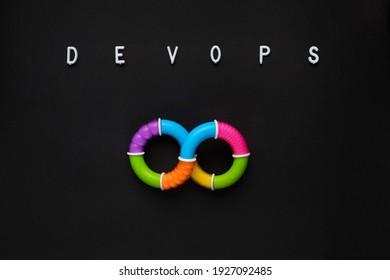 Word DEVOPS und Symbol auf schwarzem Hintergrund.