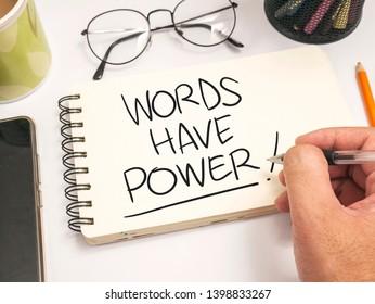 Wörter haben Macht, inspirierende Zitate aus geschäftlichen Motiven, Wörter und Schriftzeichen