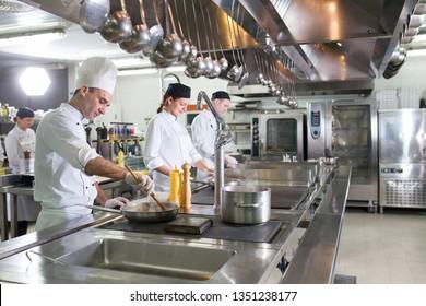 die Arbeit des Kochs in der Küche des Restaurants