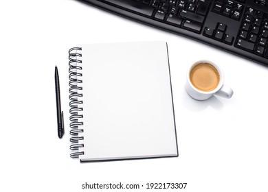 Arbeitstisch mit Kaffeetasse und Notizblock