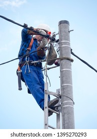 Work of an electrical installation fitter on a power pole