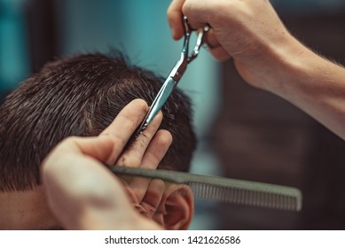 The work of the hairdresser. The client receives barber services.