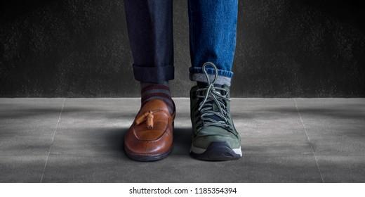 Konzept des Arbeitslebensgleichgewichts. Niedriger Abschnitt eines Mannes, der mit der Hälfte von Schuhen und Schuhen für Gelegenheitsreisen steht