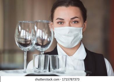 Arbeit eines Kellners in einem Restaurant mit ärztlicher Maske