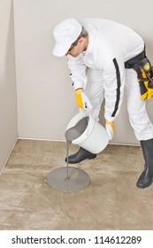 worker apply self leveling floor
