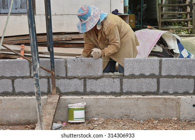 Worker build the wall