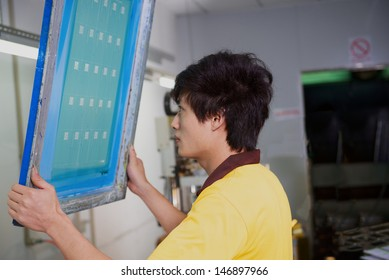 worker check form for silkscreen printing on factory