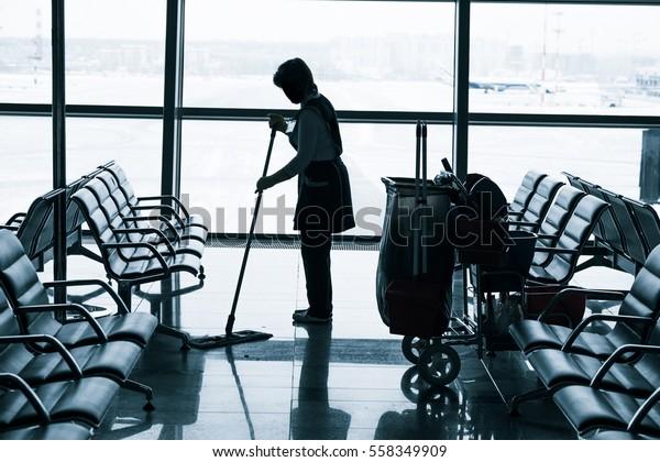 空港で床を掃除する労働者