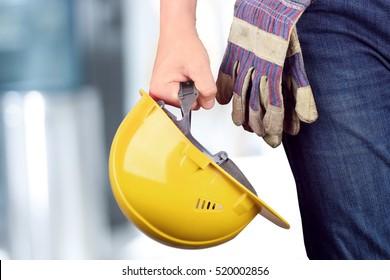 Werknemer in een bouwplaats