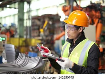 Werksarbeiter, der die Qualität der Metalle überprüft