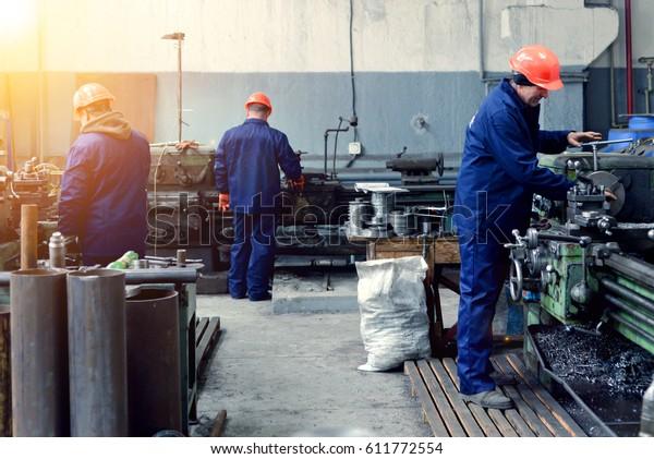 Werksarbeiter auf der Maschine
