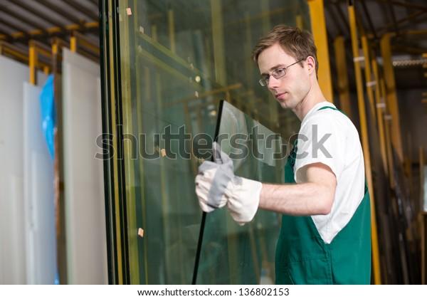 Arbeitnehmer in Glasur-Werkstatt, Lager- oder Lagerbetrieb
