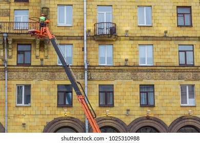 worker  helmet hydraulic lift
