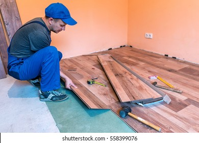 worker (master) install the laminate floor