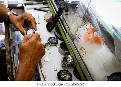Worker. Popular watchmaker who works in street kiosks. Recife, Pernambuco, Brasil. November/2018.