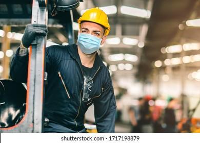 Arbeiter tragen Einwegmaske für den Schutz von Corona Virus Spreading und Rauchstaubluftfilter in Fabriken für eine gesunde Arbeitsversorgung.