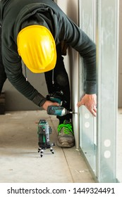 Worker at work in the construction of a plasterboard wall.