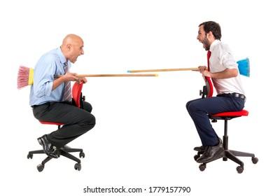 Arbeiter in Stühlen mit Besen, einzeln auf Weiß