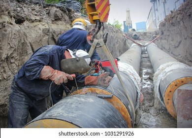 workers put pipes
