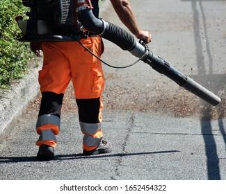 Die Arbeiter setzen die Blumenbeete zurück und reinigen die Straßen und Bürgersteige der toten Blätter