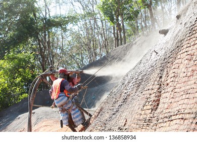 Workers were sprayed concrete by machines.Prevent the collapse.