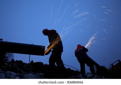 Arbeitnehmer, die am Bau der Pipeline arbeiten