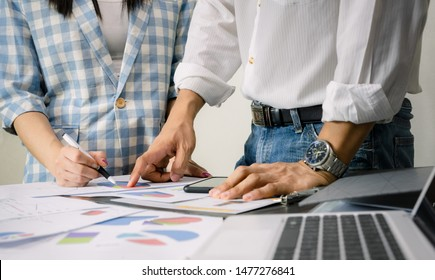 Working business team graph analysis on the desk