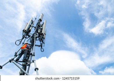 WORKING ON HIGH TOWER, ENGINEER MAINTENANCE TELECOMMUNICATION EQUIPMENT ON TOWER. HIGH RISK WORKING.SAFETY EQUIPMENT FOR LABOUR. Mobile business.