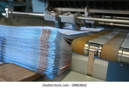 Arbeitsdruckmaschine mit Broschürenstapel