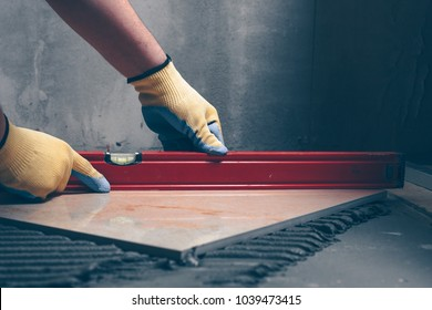 The working tiler monitors the quality of work, the professional checks the building level