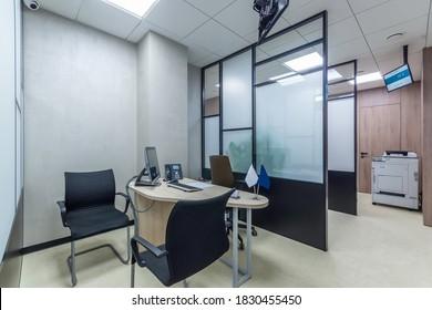 Arbeitsplatz, Nahaufnahme, mit dem Computer, Telefon auf dem Schreibtisch. Modernes Verkaufsbüro mit Kopiermaschine