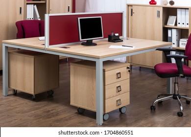 現代のオフィスでコンピューターを使う職場
