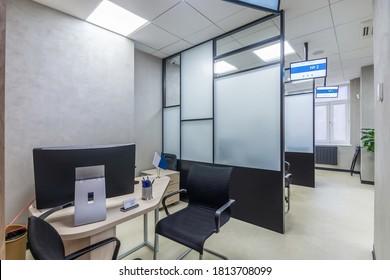 Arbeitsplatz im modernen Vertriebsbüro mit Büroausstattung. Büro für Bürokraten mit Glaspaneelen, Büromöbel und Digitalschilder