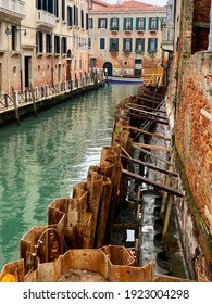 Works in a canal in Venice. They use larssen sheet piling to dried up the construction