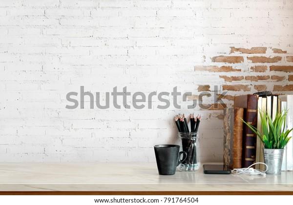 WorkMock up Marmor Tabletop mit Vintage-Büchern, Bleistifte und Hauspflanze. Kopienraum-Schreibtisch mit Kopienraum für die Produktpräsentation.