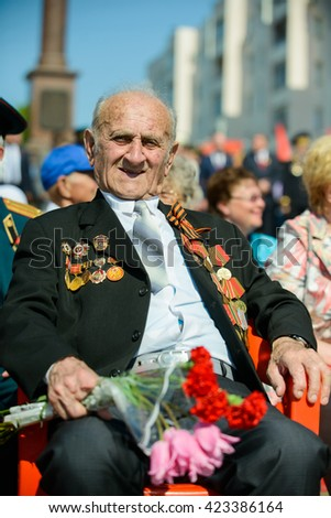 Watching World War Ii Vets Welcomed To >> World War Ii Veterans Sit On Stock Photo Edit Now 423386164