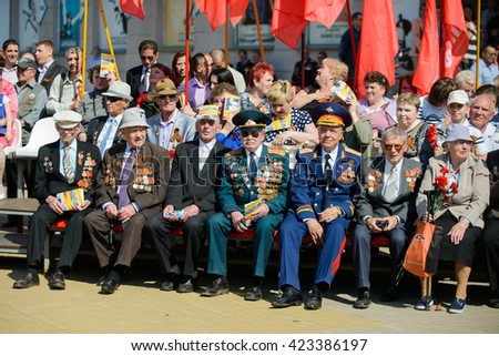 Watching World War Ii Vets Welcomed To >> World War Ii Veterans Sit On Stock Photo Edit Now 423386197